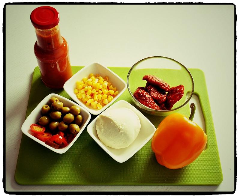 olivy, sušené paradajky, kukurica, obložená pizza