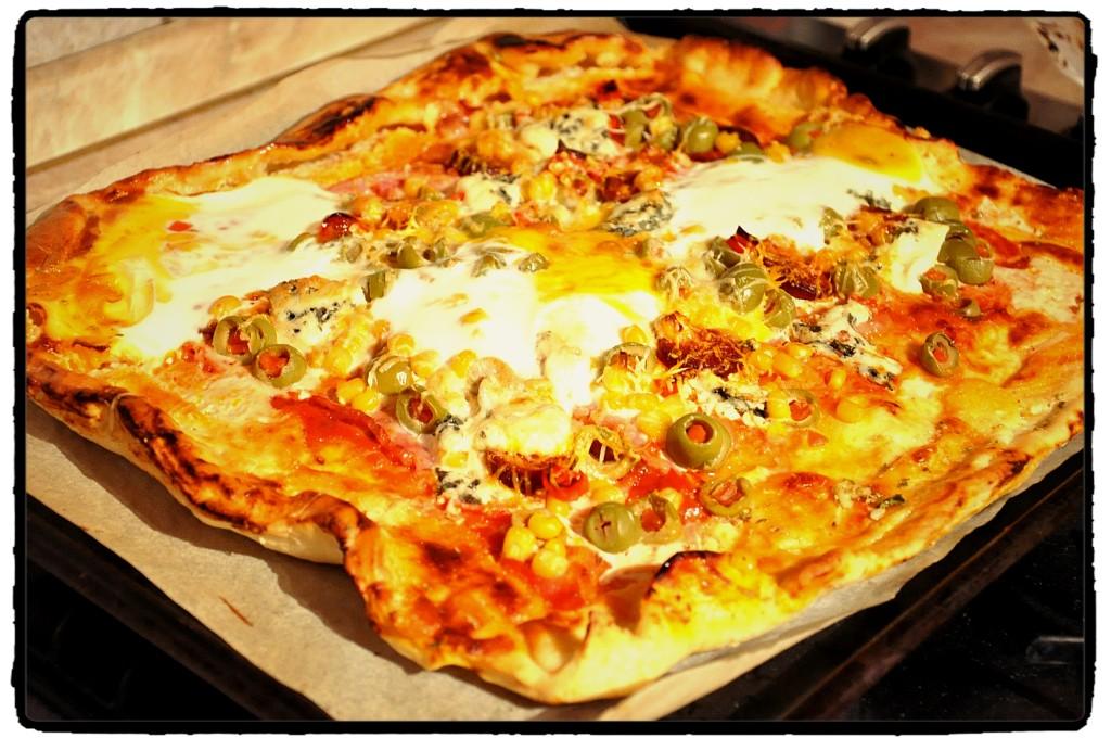 veľká pizza, XXL pizza, vajce, olivy, veľa slaniny