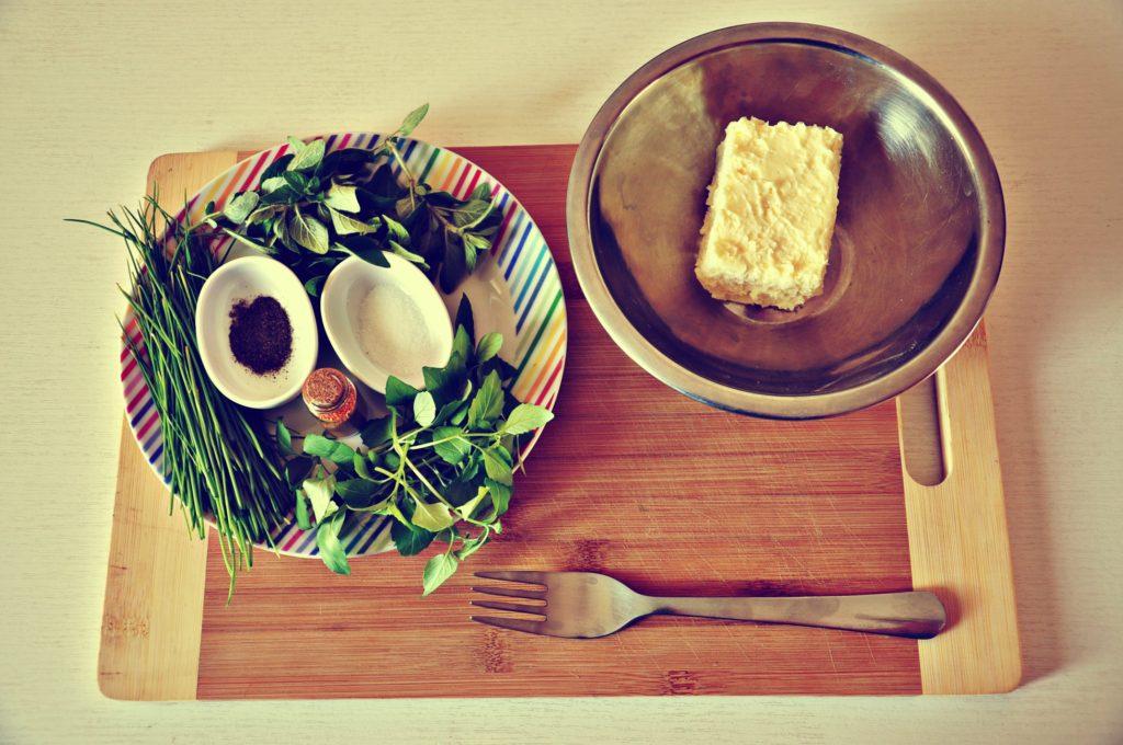 maslo, habanero, bylinky, bazalka, oregano